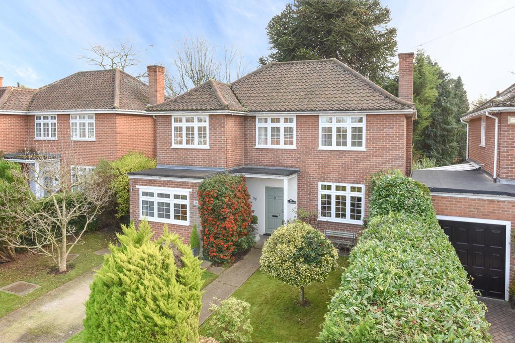 4 Bedrooms Detached House for sale in Daneswood Close, Weybridge KT13