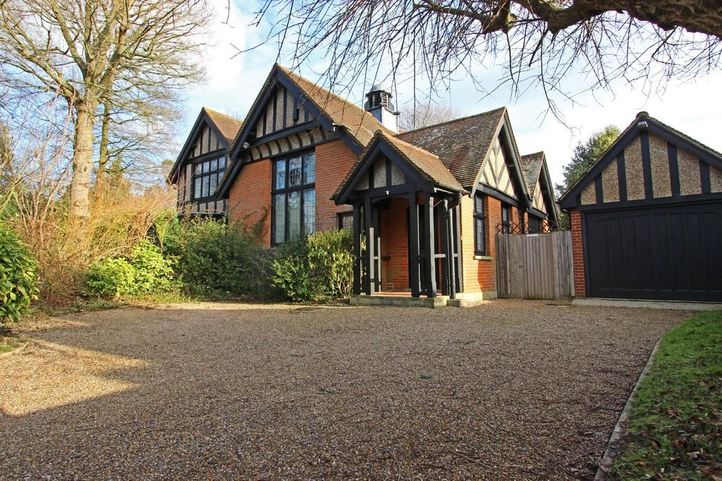 3 Bedrooms Semi Detached House for sale in High Road, Chipstead