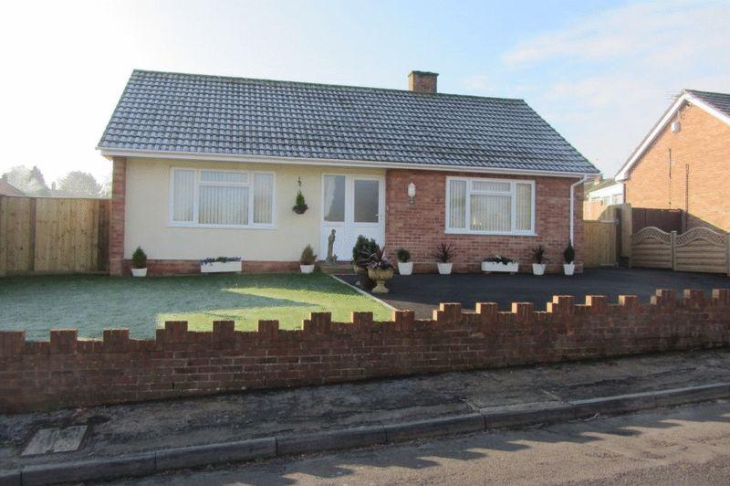 2 Bedrooms Detached Bungalow for sale in Barn Close, Crewkerne