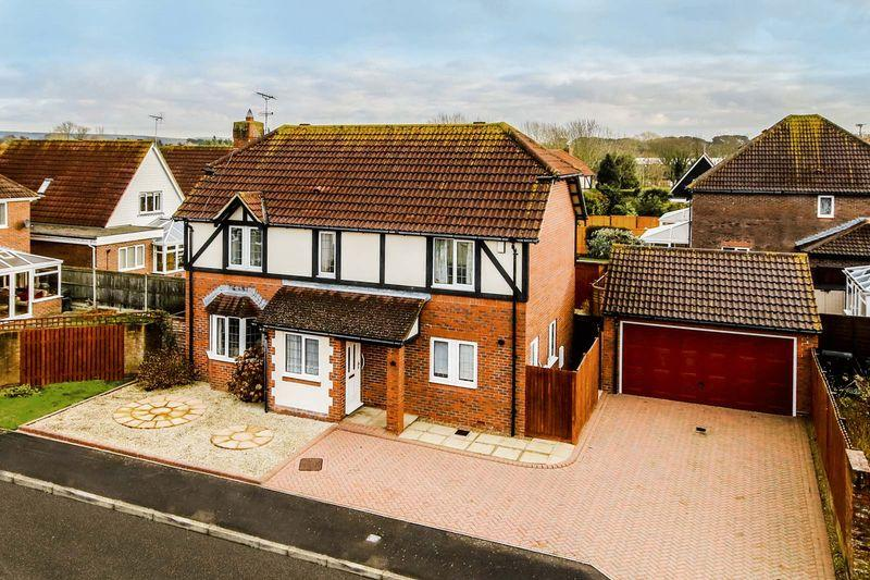 4 Bedrooms Detached House for sale in Rustington