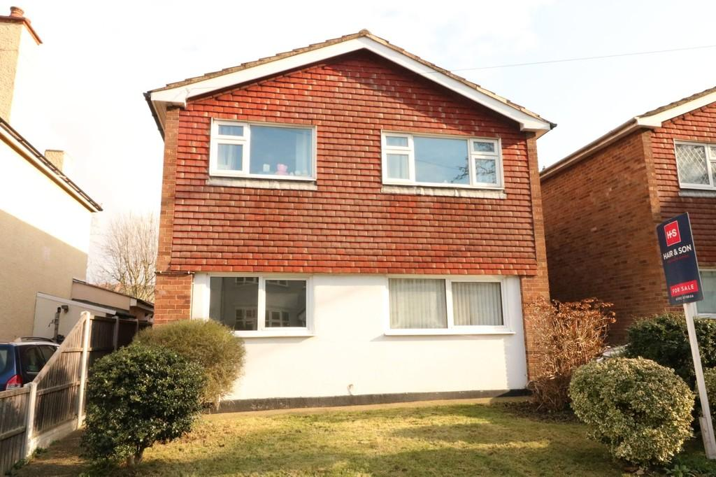 2 Bedrooms Ground Flat for sale in Kingswood Chase, Leigh-on-Sea
