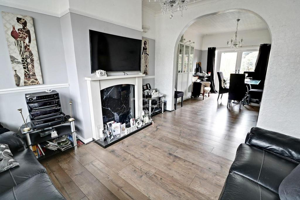 3 Bedrooms Semi Detached House for sale in Colvin Gardens, Waltham cross, EN8