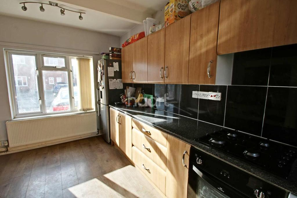3 Bedrooms Semi Detached House for sale in Howe Road, Loughborough