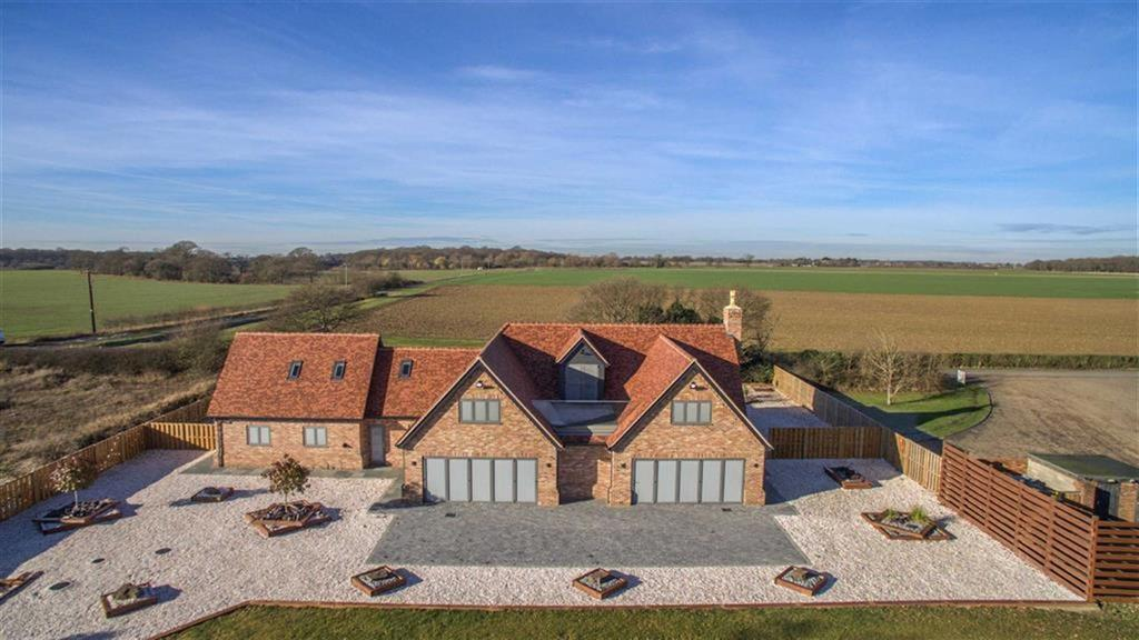 5 Bedrooms Detached House for sale in High Birch Road, Weeley Heath