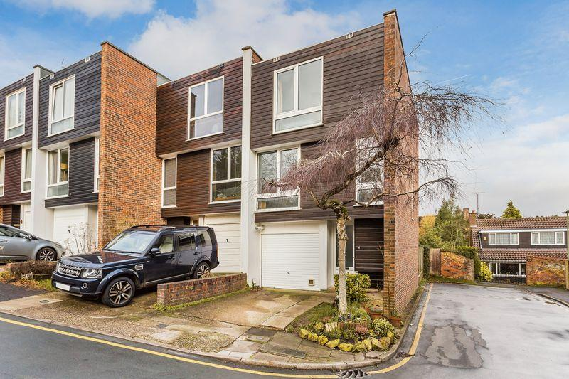 4 Bedrooms Town House for sale in Guildford Town House