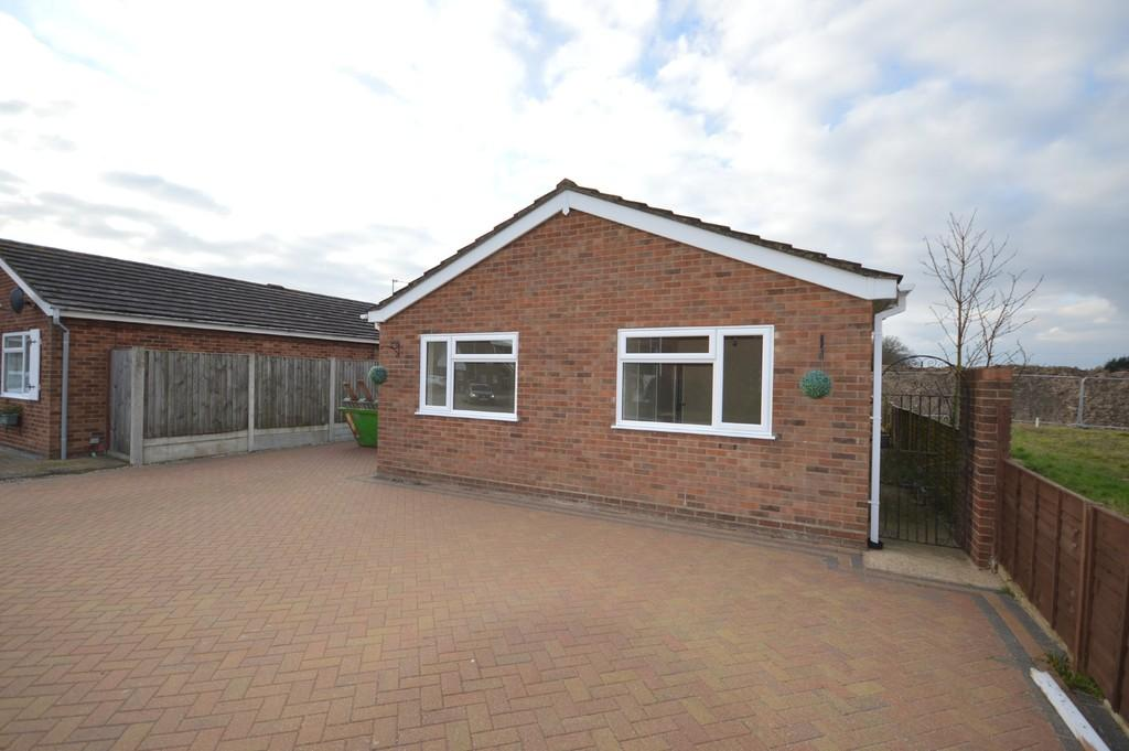 2 Bedrooms Detached Bungalow for sale in Clover Drive, Thorrington