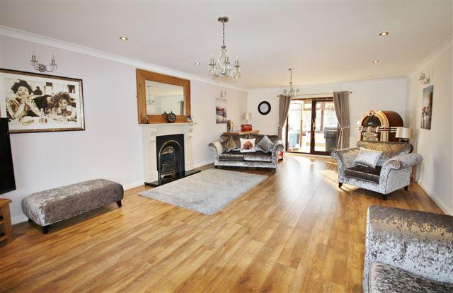 4 Bedrooms Detached House for sale in Kiveton Lane, Todwick, Sheffield, S26 1HL