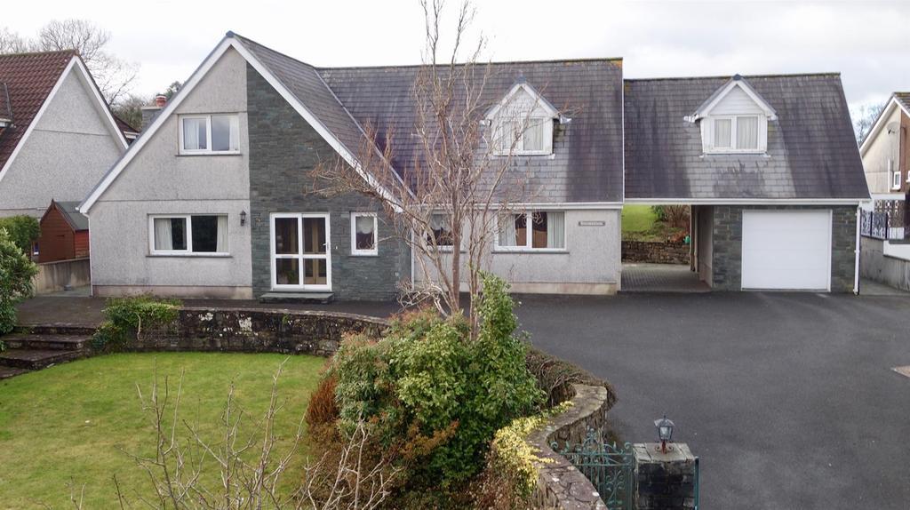 4 Bedrooms Bungalow for sale in Waunfarlais Road, Llandybie, Ammanford