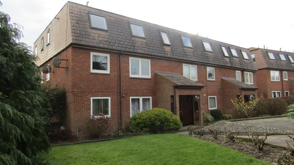 2 Bedrooms Flat for sale in Brookside, East Barnet, Herts EN4