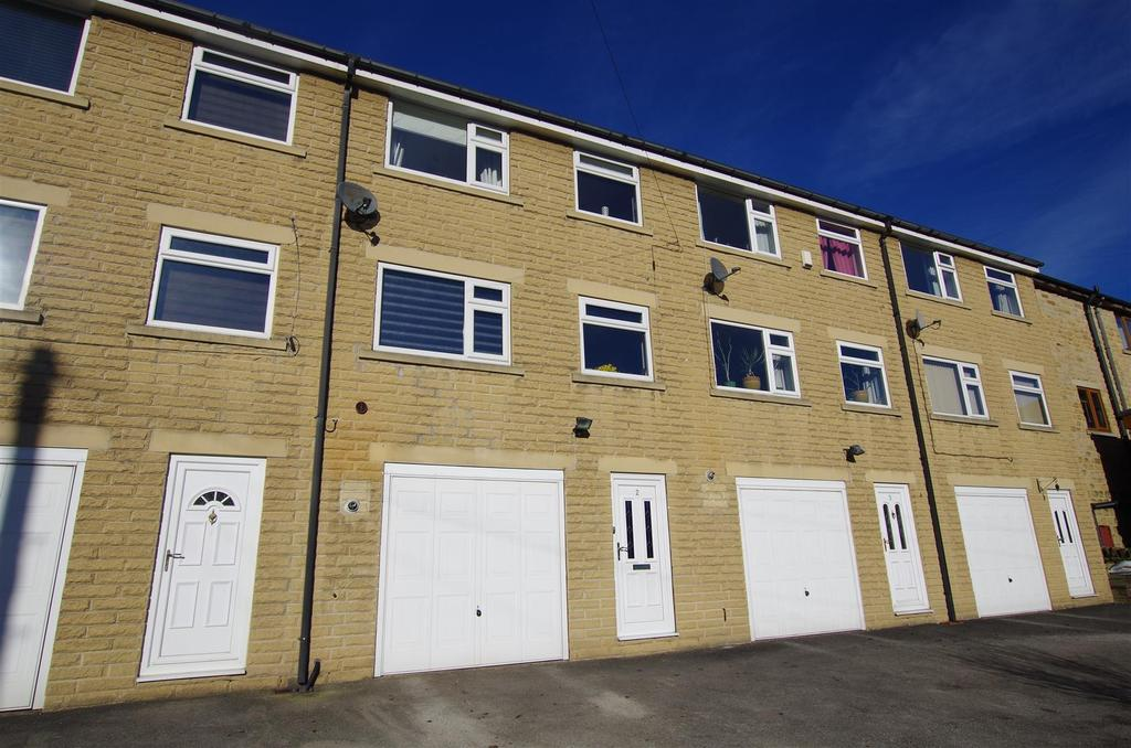 3 Bedrooms Town House for sale in Clay House Lane, Greetland, Halifax