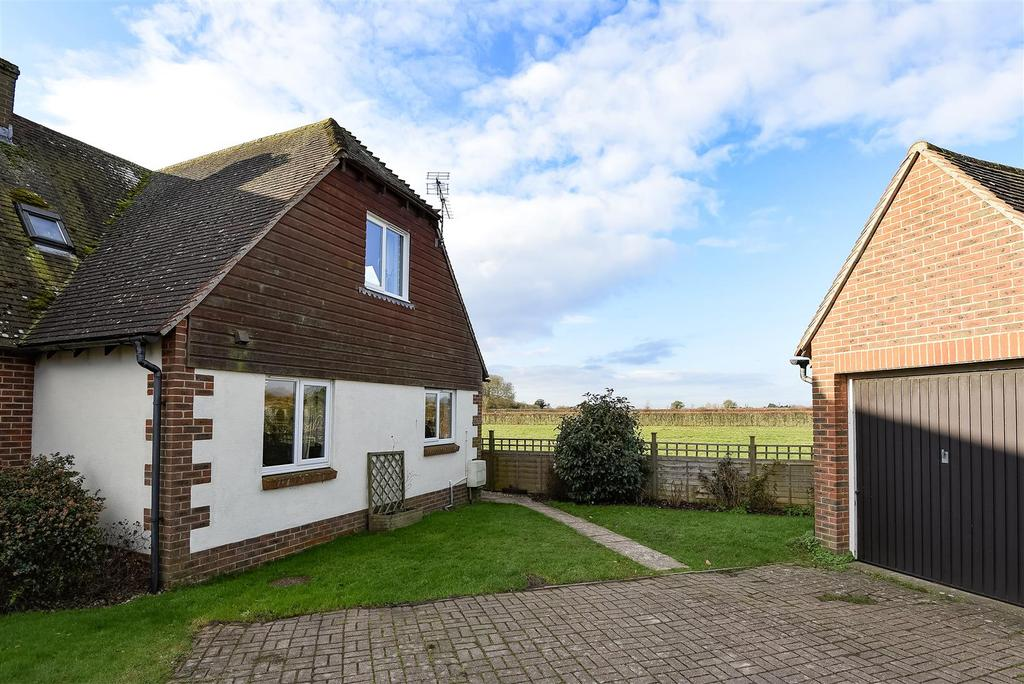 3 Bedrooms Semi Detached House for sale in Priors Acre, Boxgrove