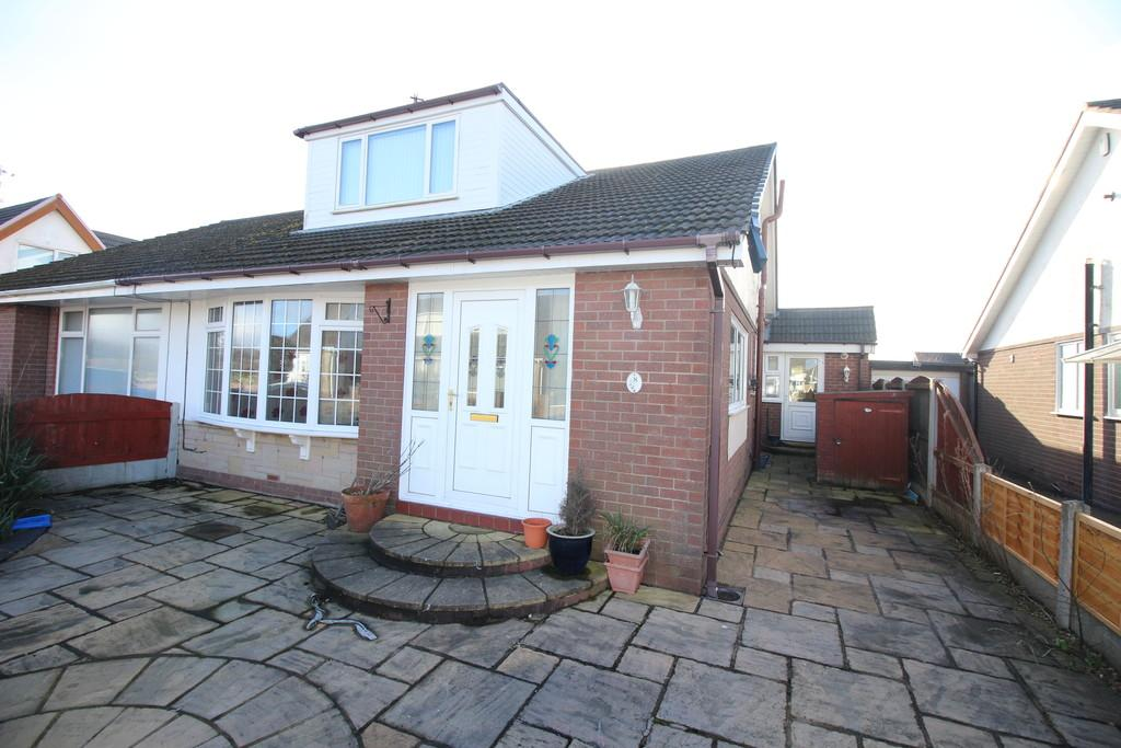 4 Bedrooms Semi Detached Bungalow for sale in Southdown Drive, Thornton-Cleveleys