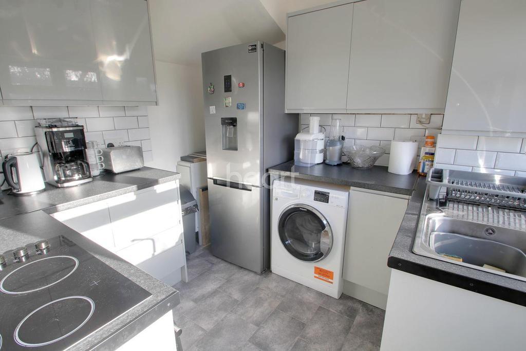 3 Bedrooms Semi Detached House for sale in Eastwood Drive, Rainham