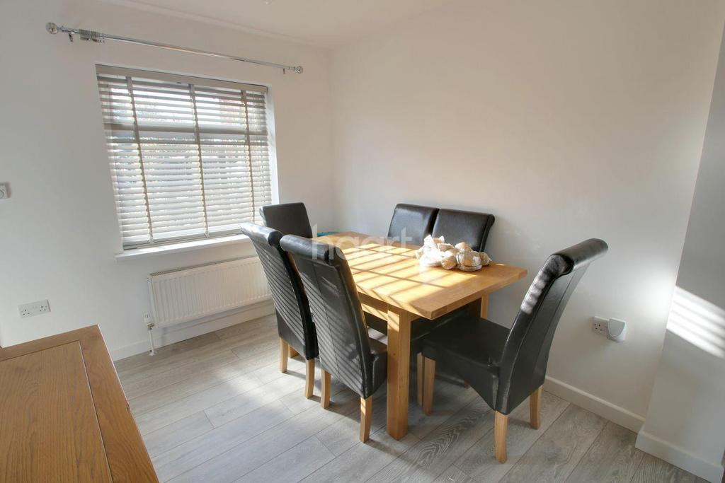 3 Bedrooms Semi Detached House for sale in Eastwood Drive, Rainham