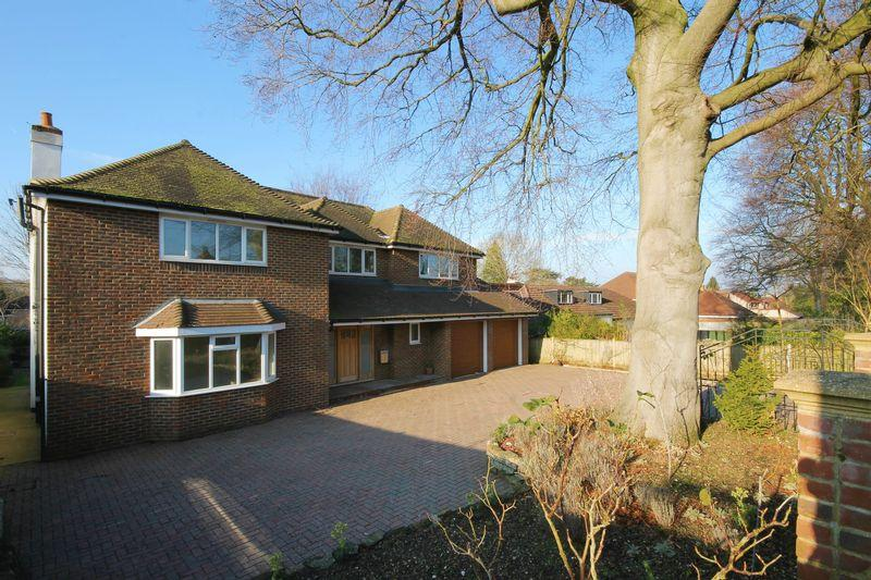 5 Bedrooms Detached House for sale in ASHTEAD/LEATHERHEAD BORDER