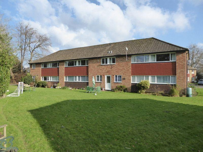 2 Bedrooms Apartment Flat for sale in Furrows Place, Caterham