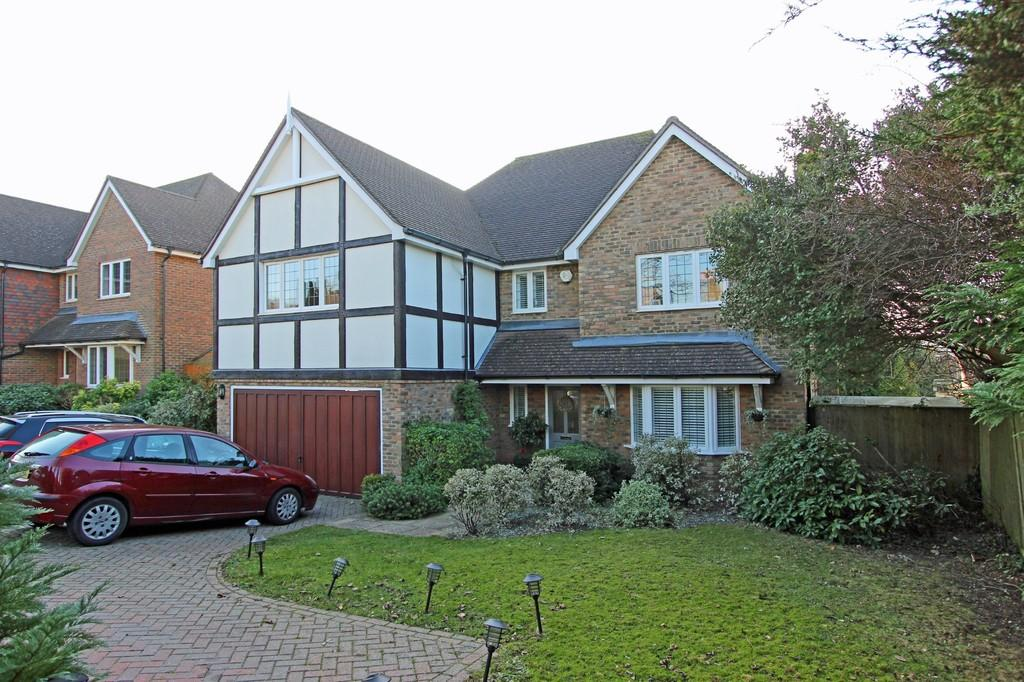 5 Bedrooms Detached House for sale in Walnut Grove, Banstead