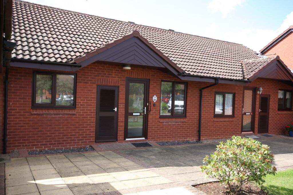 2 Bedrooms Semi Detached Bungalow for sale in Icknield Court, Bidford-on-avon