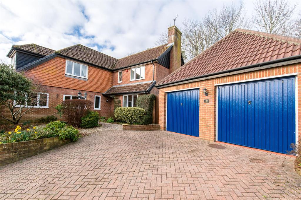 4 Bedrooms Detached House for sale in Knights Meadow, Uckfield