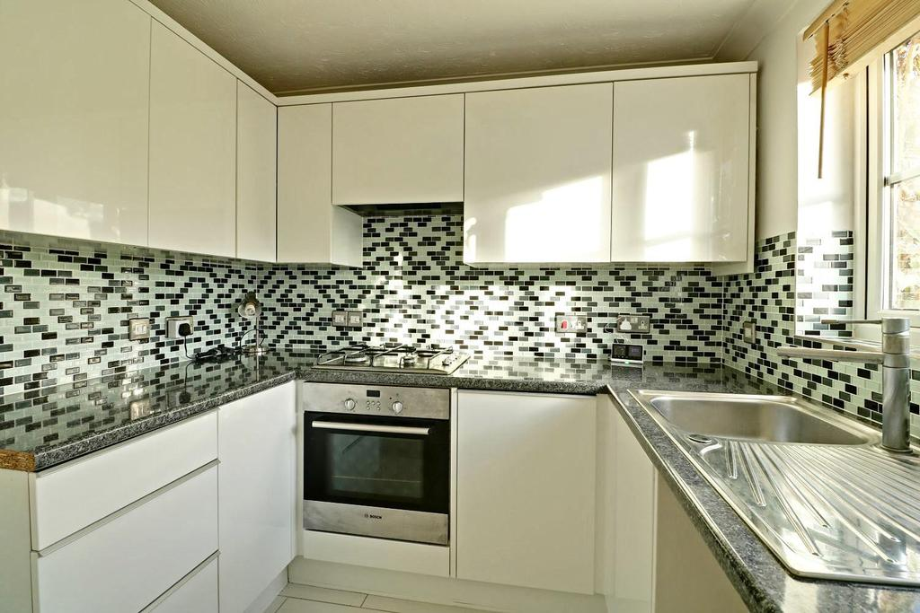 2 Bedrooms Terraced House for sale in Swiftsure Road, Chafford Hundred