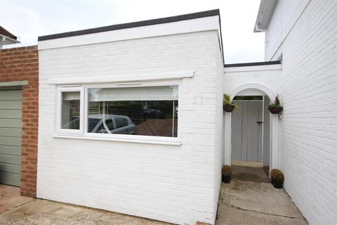 Studio to rent - Denton Drive, Brighton