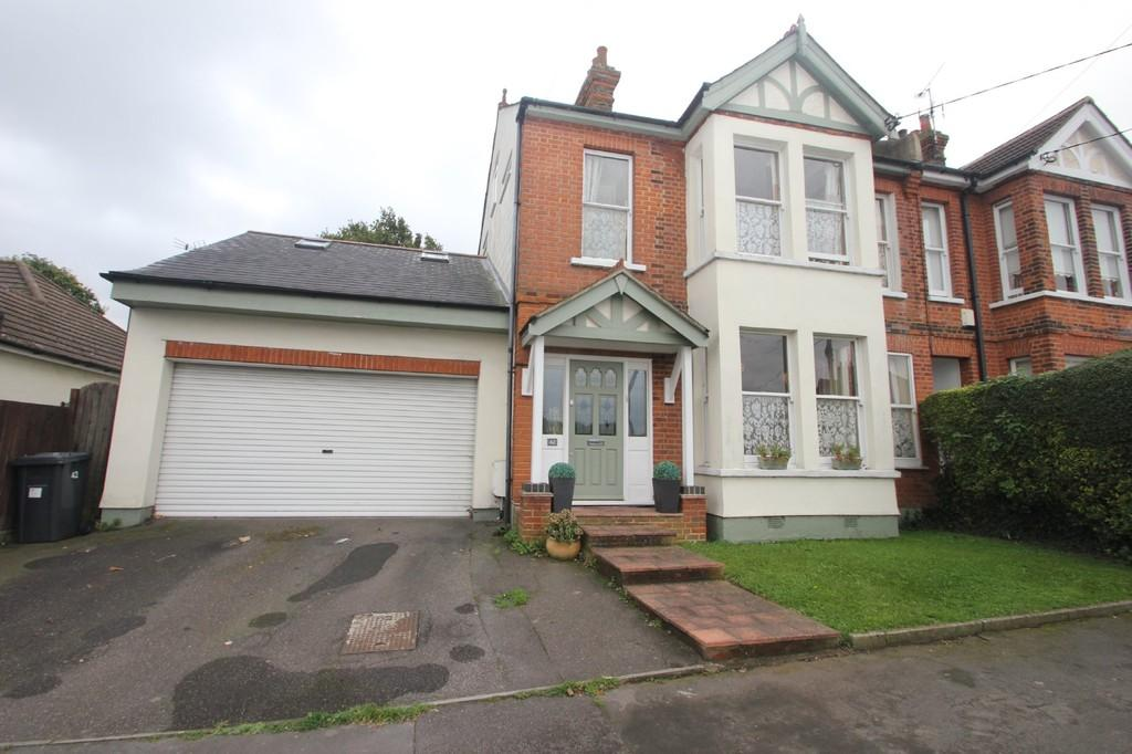 5 Bedrooms Semi Detached House for sale in Gladstone Road, Hockley