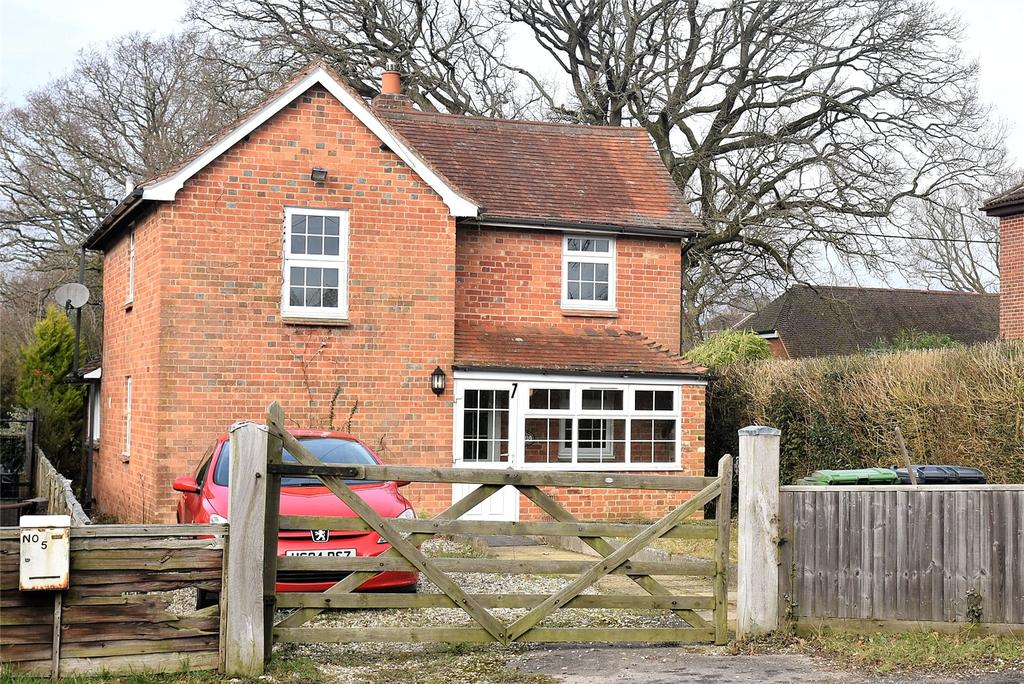 3 Bedrooms Detached House for sale in Pamber Heath Road, Pamber Heath, Tadley, Hampshire, RG26