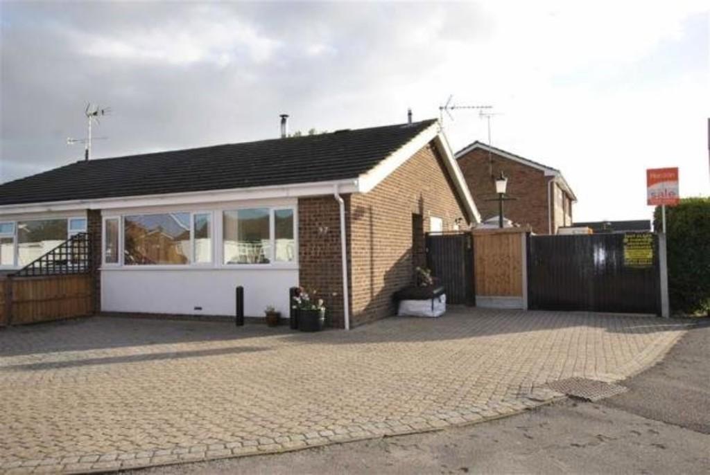 2 Bedrooms Semi Detached Bungalow for sale in Dorset Gardens, Rochford