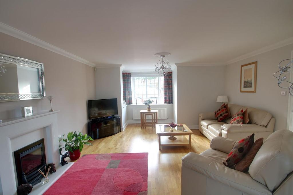 4 Bedrooms Detached House for sale in Hawkenbury Rise, Rochester, ME2