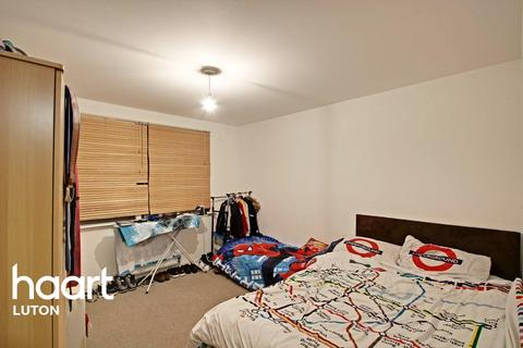 1 bedroom flat for sale - Close To The Station