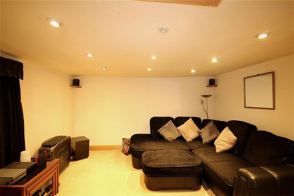 2 Bedrooms Flat for sale in High Street, Uckfield