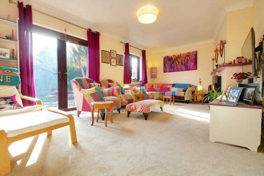 4 Bedrooms Detached House for sale in Prospect Road, Hornchurch, RM11 3TZ