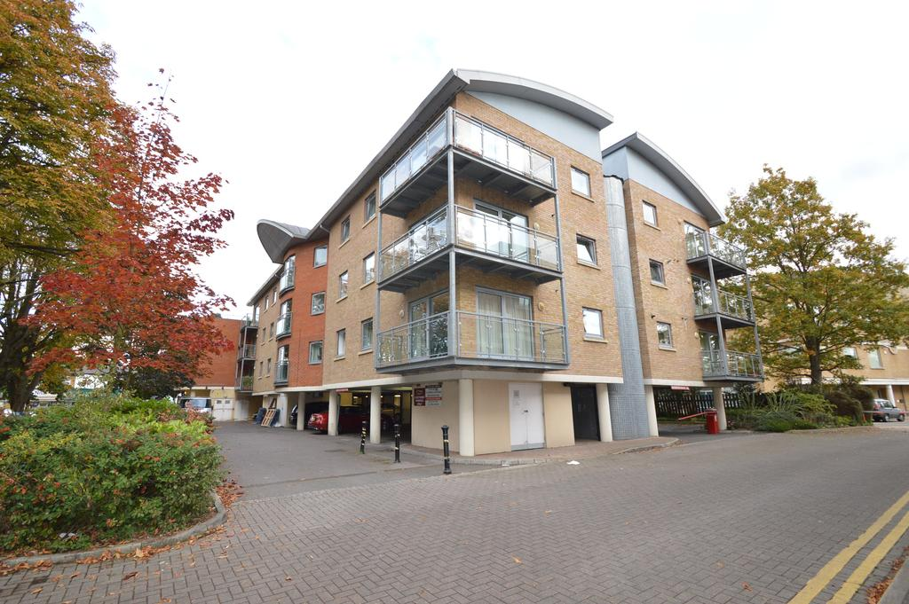 2 Bedrooms Apartment Flat for sale in Manor Court, Hersham Road, WALTON ON THAMES KT12