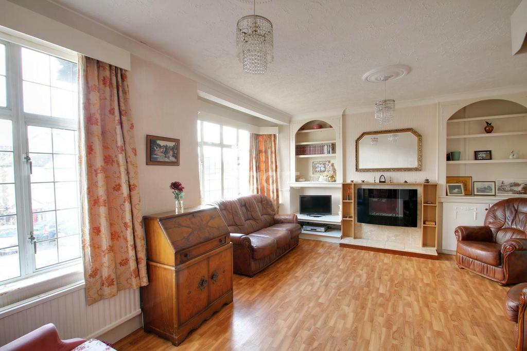 2 Bedrooms Maisonette Flat for sale in Lodge Avenue, Gidea Park