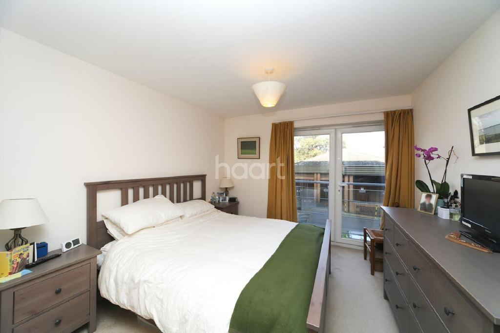2 Bedrooms Flat for sale in Govett Avenue, Shepperton