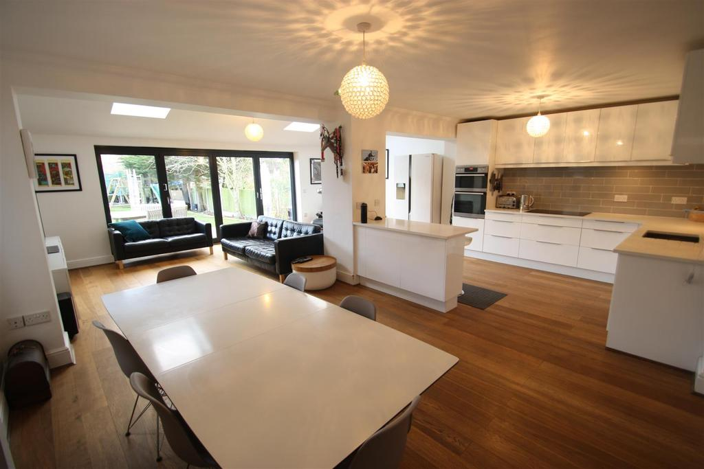 4 Bedrooms Detached House for sale in Westleigh Avenue, Leigh-On-Sea