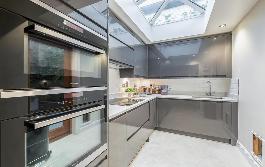 2 Bedrooms Apartment Flat for sale in BENNERLEY ROAD, SW11