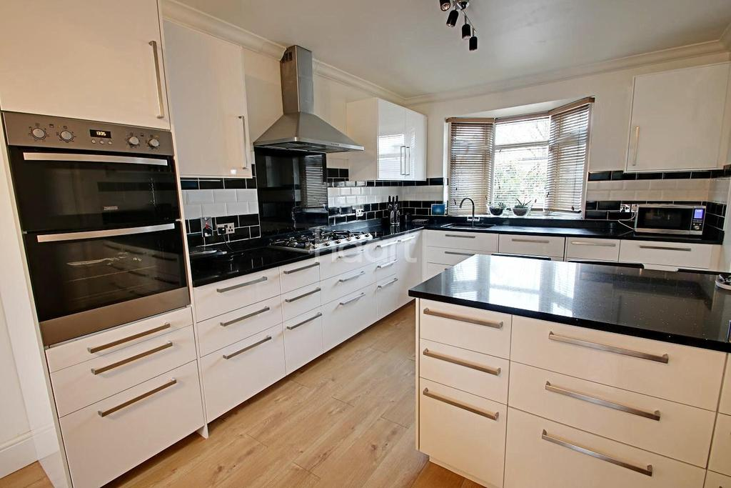 4 Bedrooms Semi Detached House for sale in Top of Cecil Avenue, Hornchurch