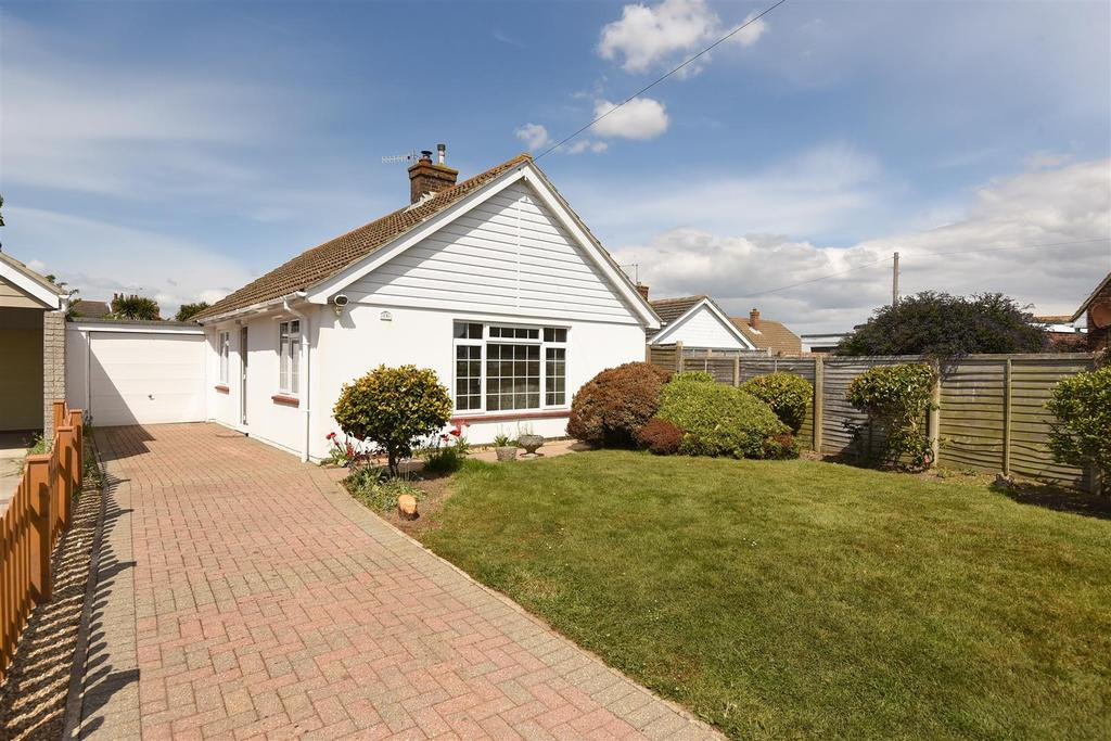 2 Bedrooms Detached Bungalow for sale in Meadowland, Selsey