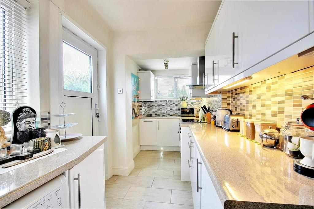 3 Bedrooms Semi Detached House for sale in Talbot Road, Rushden
