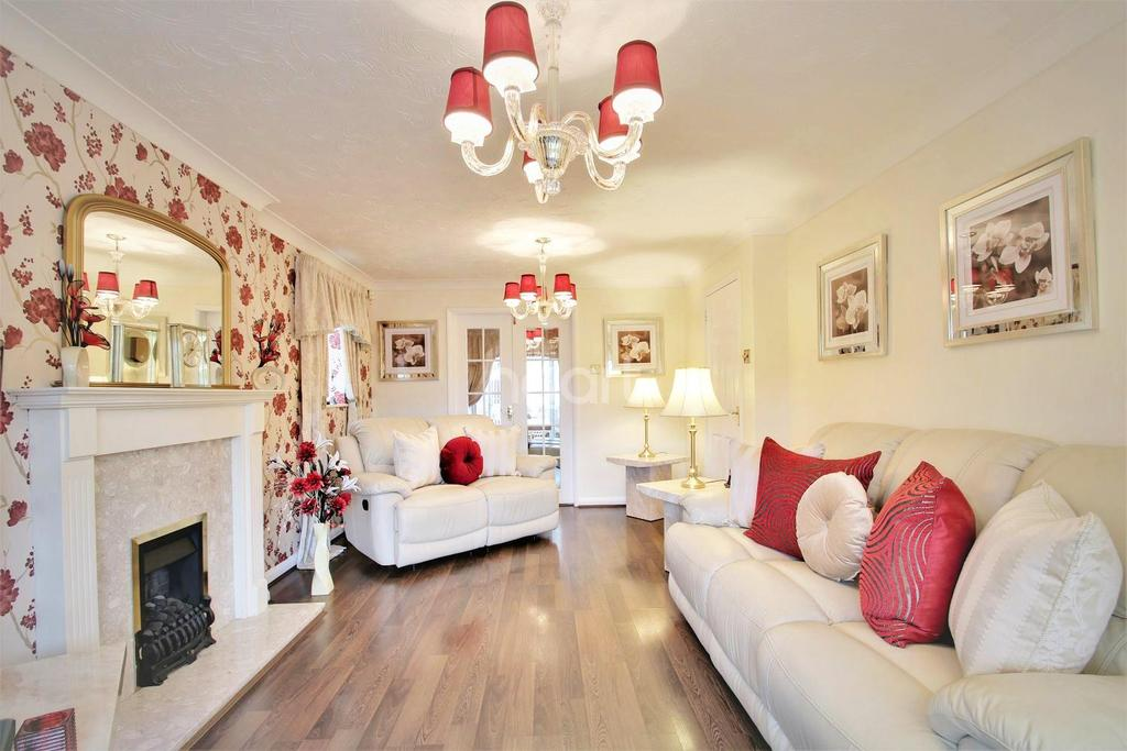 4 Bedrooms Detached House for sale in Meadow Sweet Road, Rushden