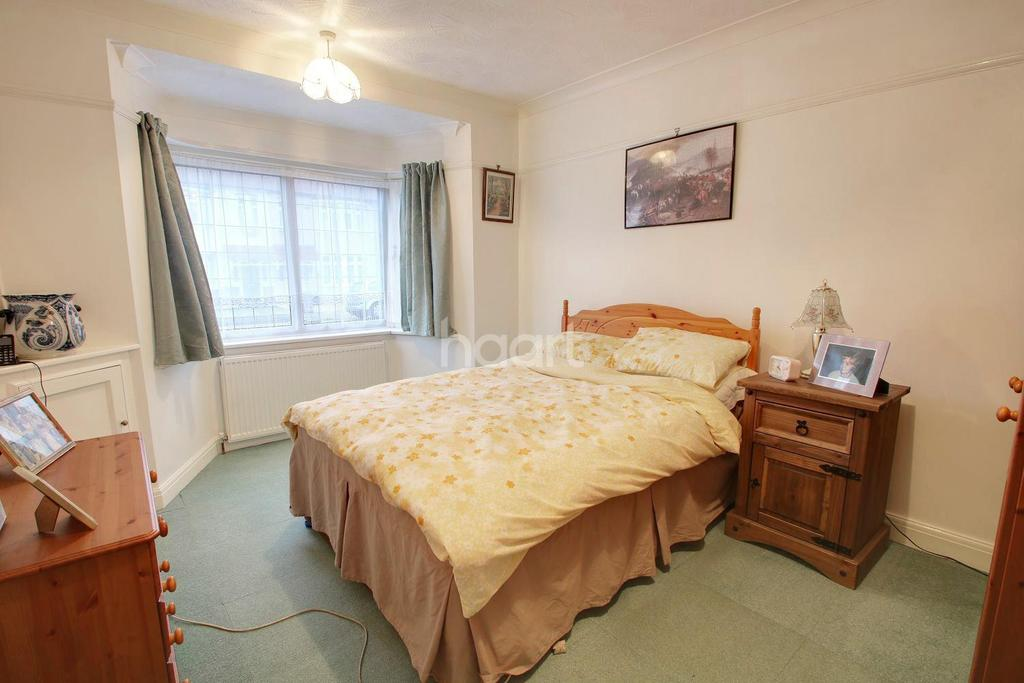 2 Bedrooms Bungalow for sale in The Avenue, Hornchurch
