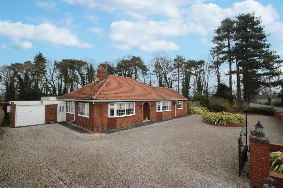 4 Bedrooms Bungalow for sale in SOUTH VIEW, WHELDRAKE LANE, CROCKEY HILL, YORK, YO19 4SQ