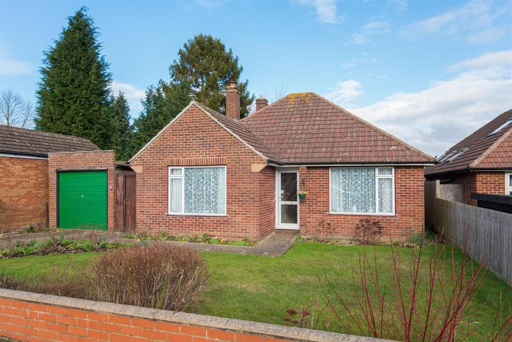 2 Bedrooms Detached Bungalow for sale in Willow Close, Flackwell Heath
