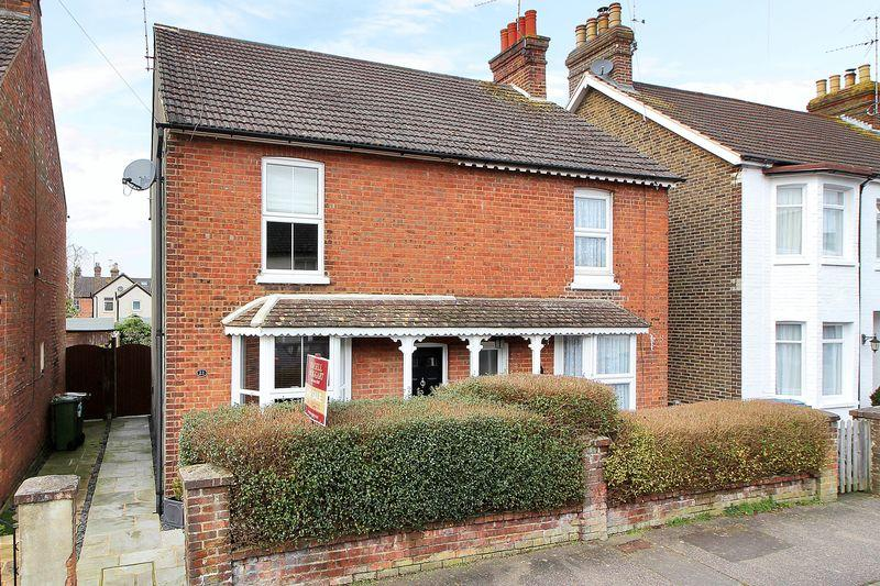 2 Bedrooms Semi Detached House for sale in Barrington Road, Horsham