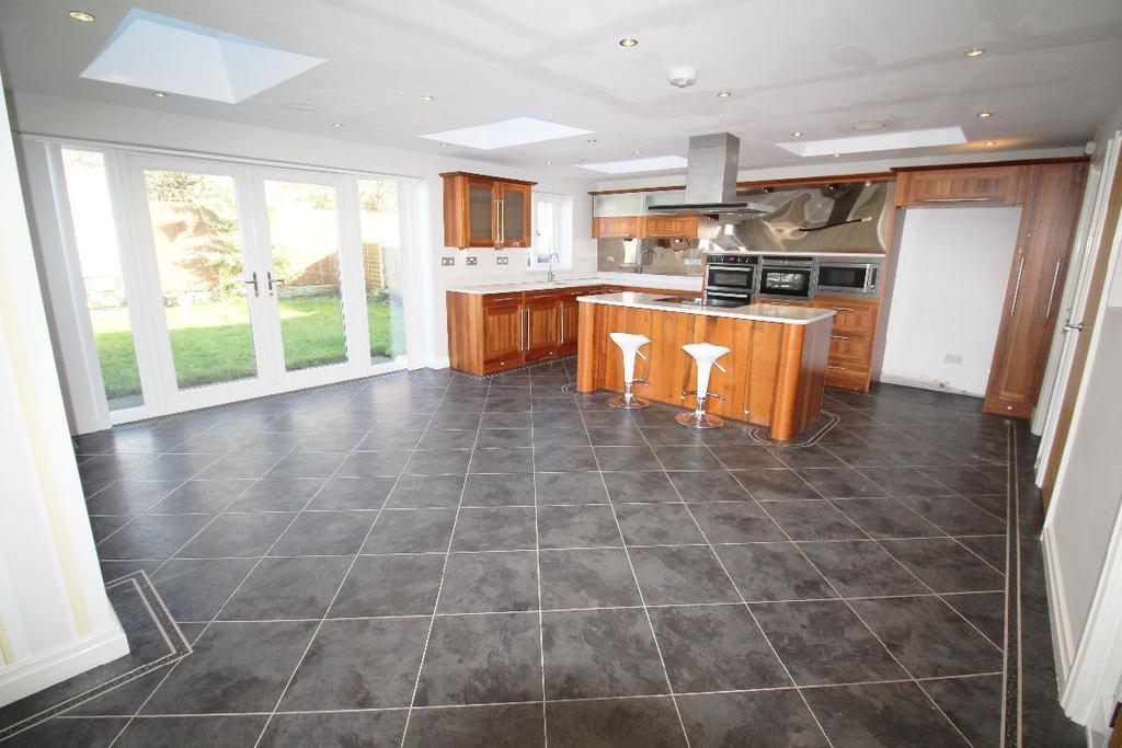3 Bedrooms Semi Detached House for sale in Duxbury Close