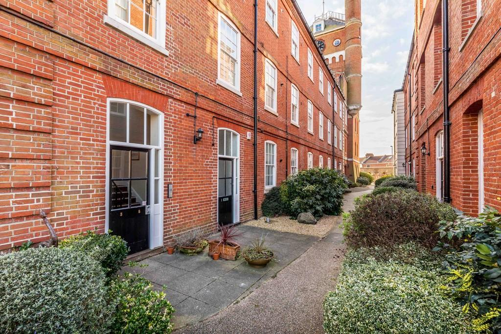 2 Bedrooms Apartment Flat for sale in Clocktower Drive, Southsea