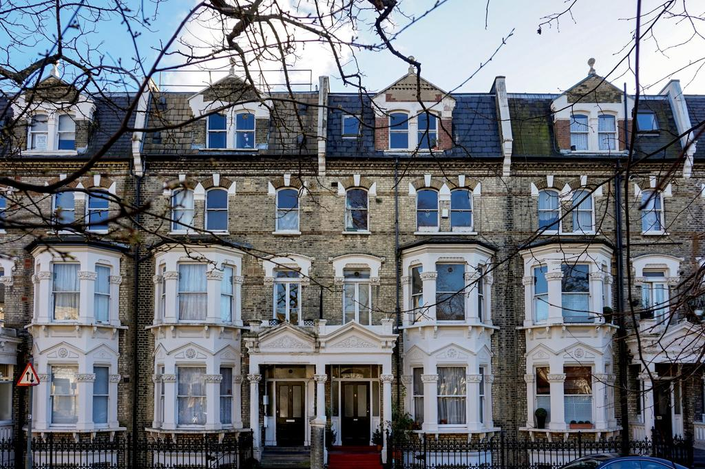 2 Bedrooms Flat for sale in Gwendwr Road, London