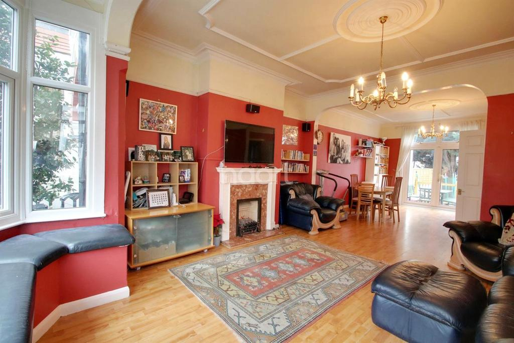 4 Bedrooms Terraced House for sale in Oakleigh Park Drive, Leigh on sea