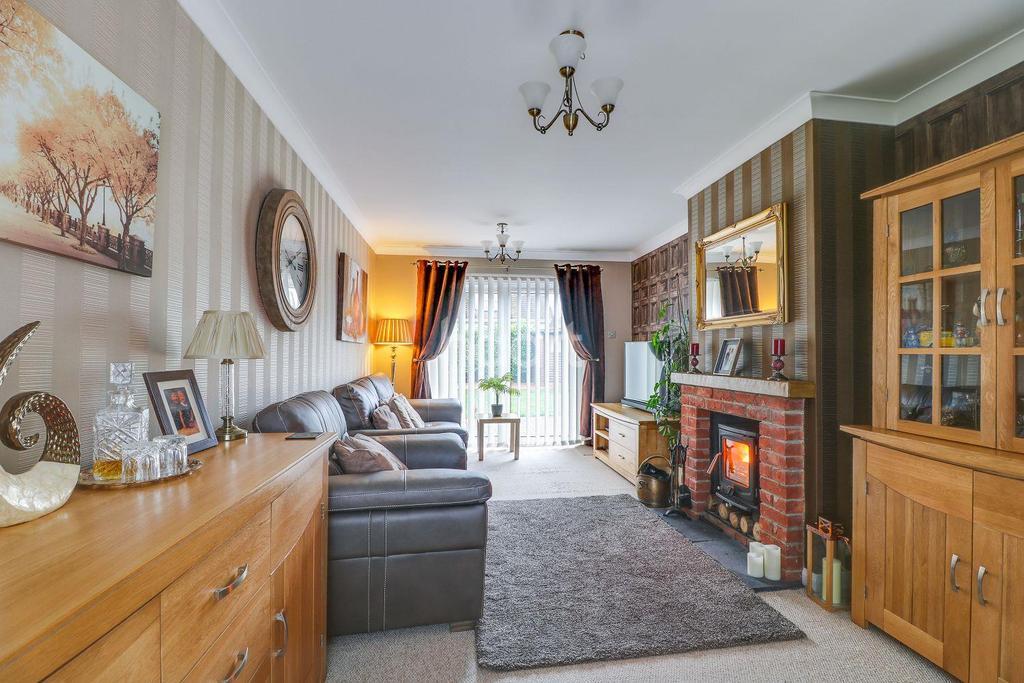 2 Bedrooms Semi Detached House for sale in Danesfield, South Benfleet